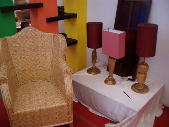 lampu dan kursi nya lucu ^^